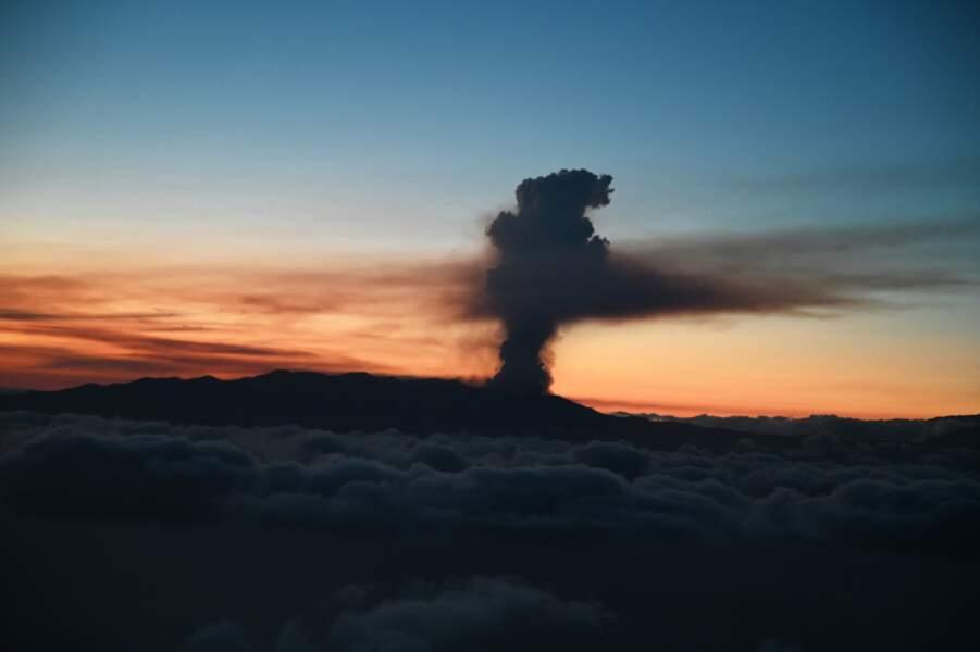 Le panache de fumée s'est élevé au-dessus des nuages.
