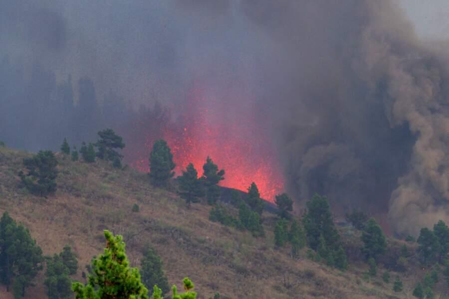 Sous surveillance depuis plusieurs jours, le volcan Cumbre Vieja est entré en éruption dimanche 19 septembre sur l'île de La Palma, sur l'archipel espagnol des Canaries.