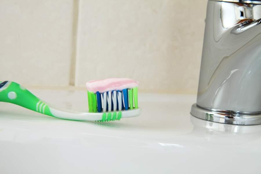 Quelqu'un presse le dentifrice du prince Charles à sa place