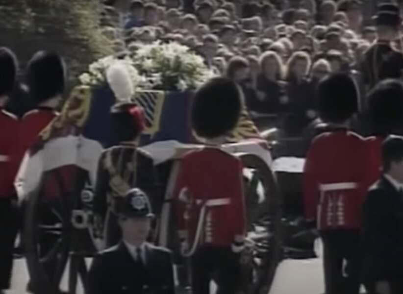 Environ 40% de la population mondiale a assisté aux funérailles de Lady Di (derrière son écran)