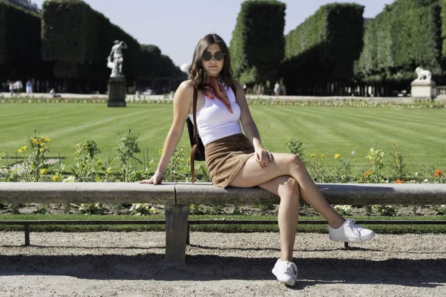 """Elle s'assoit dans une rue parisienne en jupe, et se fait """"recadrer"""" par un agent municipal"""